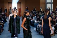 Promenade de modèles la piste chez Derek Lam Fashion Show pendant l'automne 2015 de MBFW Photographie stock libre de droits