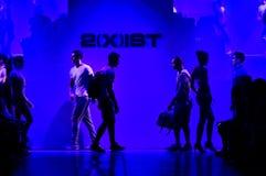 Promenade de modèles la piste pendant l'exposition 2016 du ressort de 2 (X) hommes d'IST/piste d'été Photos libres de droits