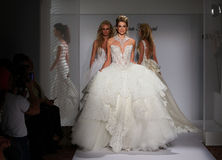 Promenade de modèles la piste pendant la collection 2016 nuptiale de couture d'automne/hiver de Prina Tornai Photos stock