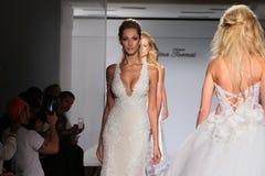 Promenade de modèles la piste pendant la collection 2016 nuptiale de couture d'automne/hiver de Prina Tornai Image stock