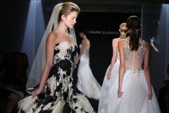 Promenade de modèles la piste pendant la collection 2016 nuptiale de couture de Mark Zunino Fall /Winter Photos stock