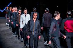 Promenade de modèles la piste pour la collection de Miquel Suay à la mode de 080 Barcelone Photo libre de droits