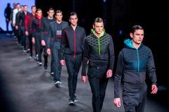 Promenade de modèles la piste pour la collection de Miquel Suay aux 080 Barcelone Photographie stock