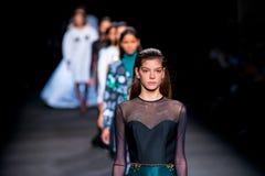 Promenade de modèles la piste pour la collection de NAT à la semaine de mode de 080 Barcelone Photos stock