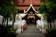 Promenade de moines dans le temple. Photos libres de droits
