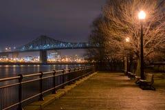 Promenade de Montréal la nuit Images libres de droits