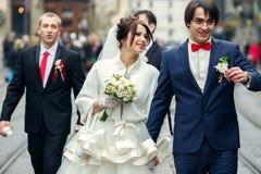 Promenade de nouveaux mariés avec des amis autour de la ville Photos libres de droits