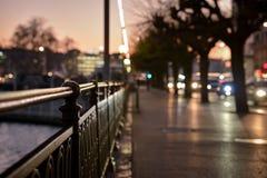 Promenade de nuit dans une grande ville Photo stock
