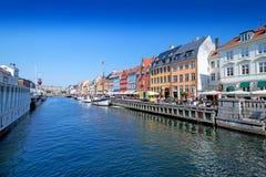 Promenade de Nyhavn à Copenhague Danemark au loin Photos stock