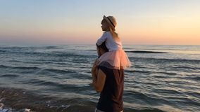 Promenade de père et de fille le long de la plage Vue arrière banque de vidéos