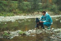 Promenade de père et de fils et jouer ensemble L'automne dans les montagnes photos libres de droits