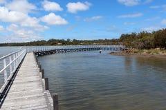 Promenade de panneau en bois au-dessus des thrombolites au lac Images libres de droits