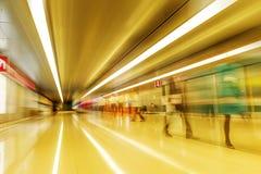 Promenade de passagers dans l'aéroport de Changhaï Image stock