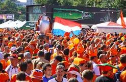 Promenade de passionés du football de la Hollande sur une rue de Kharkiv Image stock