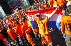 Promenade de passionés du football de la Hollande sur une rue de Kharkiv Images libres de droits