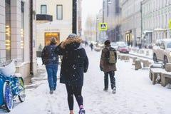 Promenade de personne dans des rues de ville dans la saison d'hiver sous les chutes de neige b images libres de droits