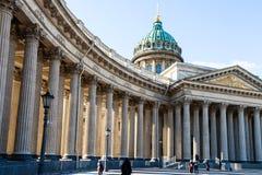 promenade de personnes à la cathédrale de Kazan dans le St Petersbourg Image stock