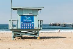 Promenade de personnes après un maître nageur Tower sur la plage de Venise, la Californie Photos libres de droits