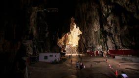 Promenade de personnes autour de grande place à l'intérieur des cavernes de Batu clips vidéos