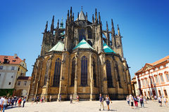 Promenade de personnes autour de St Vitus Cathedral photo stock