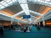 Promenade de personnes dans tout l'aéroport de Portland Images libres de droits