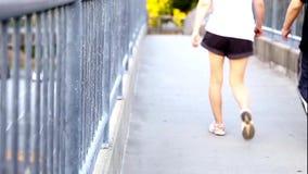 Promenade de personnes dedans sur le pont banque de vidéos