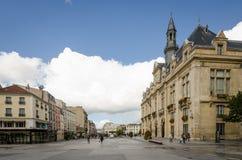 Promenade de personnes devant l'hôtel de ville de St Denis Images libres de droits