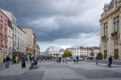 Promenade de personnes devant l'hôtel de ville de St Denis Photographie stock