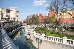 Promenade de personnes en Alexander Garden de Moscou Kremlin Image libre de droits