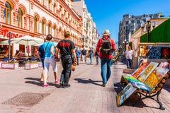 Promenade de personnes le long de rue d'Arbat de Moscou Images libres de droits