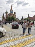 Promenade de personnes près de cathédrale du ` s de St Basil, Moscou Photo libre de droits