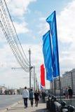 Promenade de personnes sur la rue décorée par des drapeaux Images stock