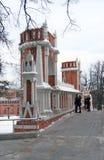 Promenade de personnes sur le pont Vue de parc de Tsaritsyno à Moscou Images libres de droits