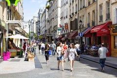 Promenade de personnes sur Rue Montorgueil Image libre de droits