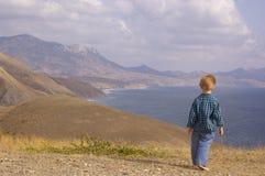 Promenade de petit garçon en montagne d'été Photographie stock libre de droits