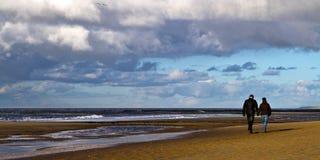 Promenade de plage, retenant des mains images stock