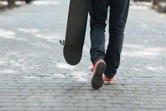 Promenade de planchiste à la rue Concept de la vie de ville Images libres de droits