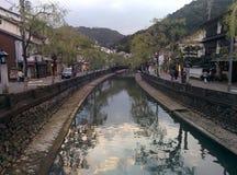 Promenade de rivière dans Kinosaki-onsen, Japon Image stock