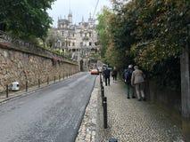 Promenade de rue à Royal Palace dans Sintra, Portugal Photographie stock libre de droits