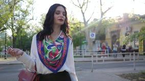 Promenade de rue, femme chic d'affaires allant dehors au jour de ville au printemps banque de vidéos