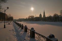 Promenade de soirée d'hiver Rivière de Lopan Kharkiv l'ukraine Photographie stock libre de droits