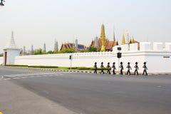 Promenade de soldat autour de Wat Phra Kaeo Photos stock