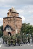 Promenade de soldats sur la rue Vieille tour Kremlin dans Kolomna, Russie Images stock
