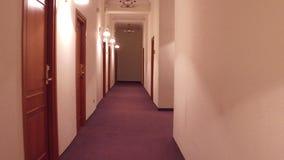 Promenade de steadicam de POV par le vieux couloir générique d'hôtel vidéo 4K clips vidéos