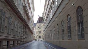 Promenade de Steadicam par la rue piétonnière étroite à Vienne, Autriche vidéo 4K banque de vidéos
