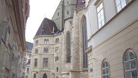 Promenade de Steadicam par la rue piétonnière étroite menant à l'église de Minorites, saucisse Minoritenkirche, à Vienne, l'Autri banque de vidéos
