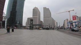 Promenade de Time Lapse à l'horloge chez Potsdamer Platz en Berlin In Winter banque de vidéos