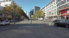 Promenade de Time Lapse dans l'avenue célèbre de Kurfuerstendamm en Berlin With Motion Blur clips vidéos