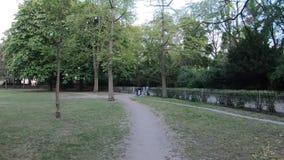 Promenade de Time Lapse en parc de Kleistpark à Berlin banque de vidéos