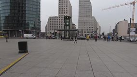 Promenade de Time Lapse vingt-quatre heures sur vingt-quatre chez Potsdamer Platz en Berlin In Winter banque de vidéos